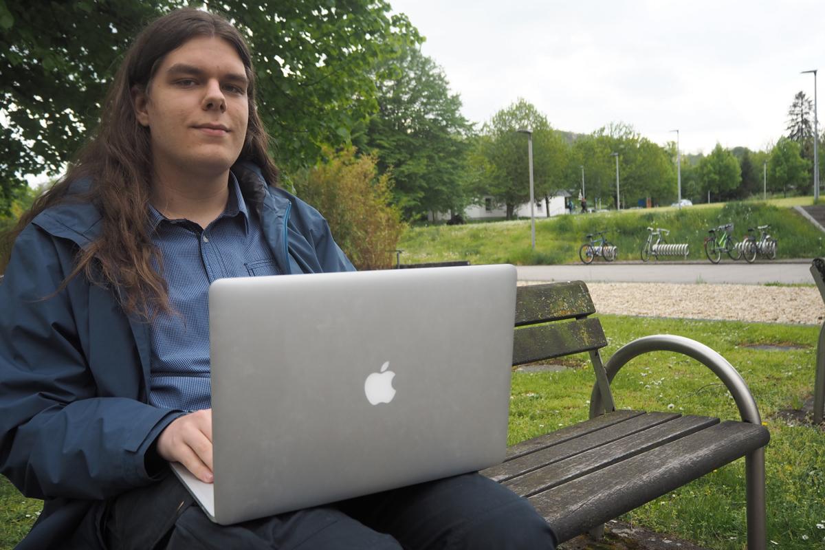 Linus Henze ist alles andere als ein normaler Informatikstudent. Anfang 2019 entdeckte er eine Sicherheitslücke bei Apple und wurde daraufhin sogar im Forbes Magazin erwähnt. Foto: René Lang