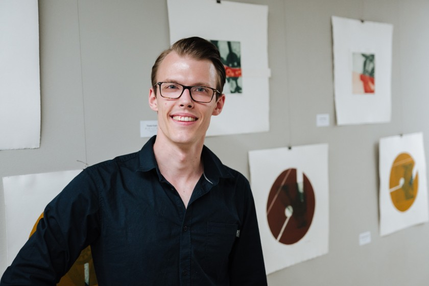 In seiner Abschlussarbeit hat Jakob Janßen die Einflüsse der afrikanischen Kultur auf die europäische Kunst untersucht. Für seine Drucke dienten ihm afrikanische Masken als Inspiration. Fotos: Philipp Sittinger