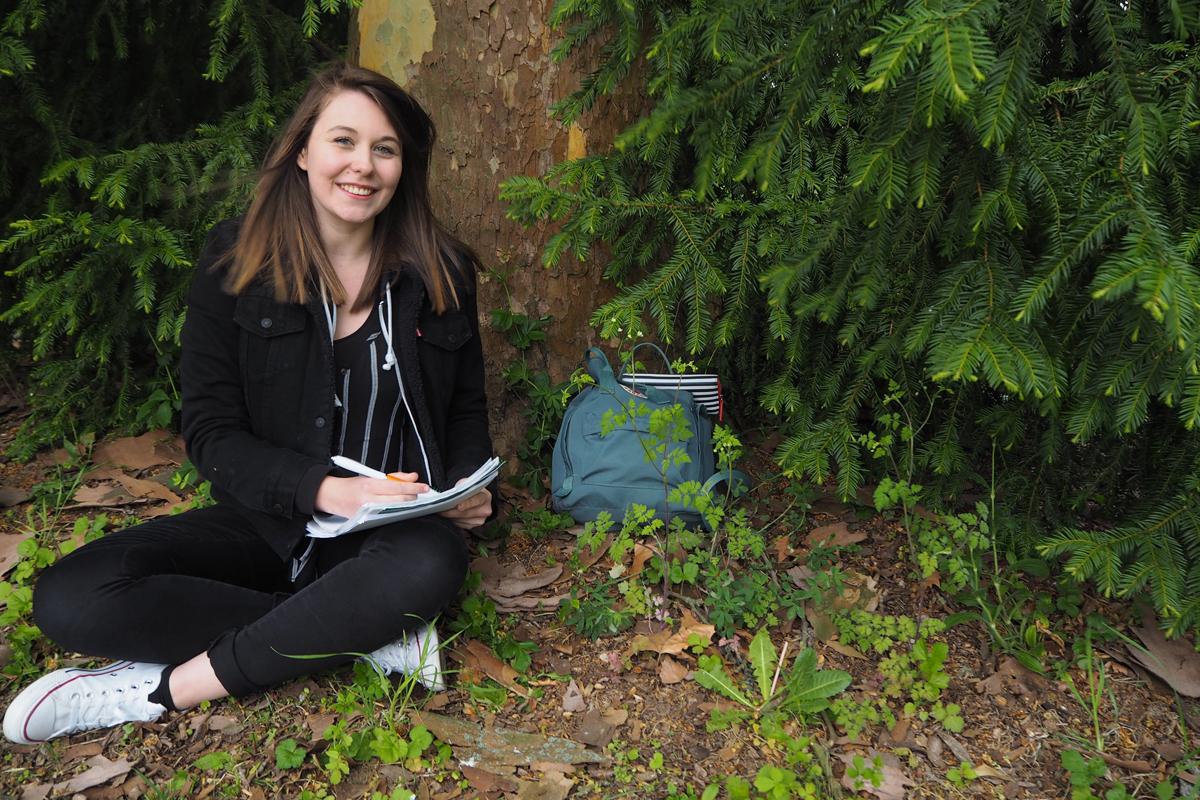 """Die Pädagogikstudentin Robin Biß arbeitet als Seminarassistentin im Kulturbüro Rheinland-Pfalz. Hier betreut sie """"FSJler"""" und solche, die es werden wollen. Foto: Emily Nolden"""
