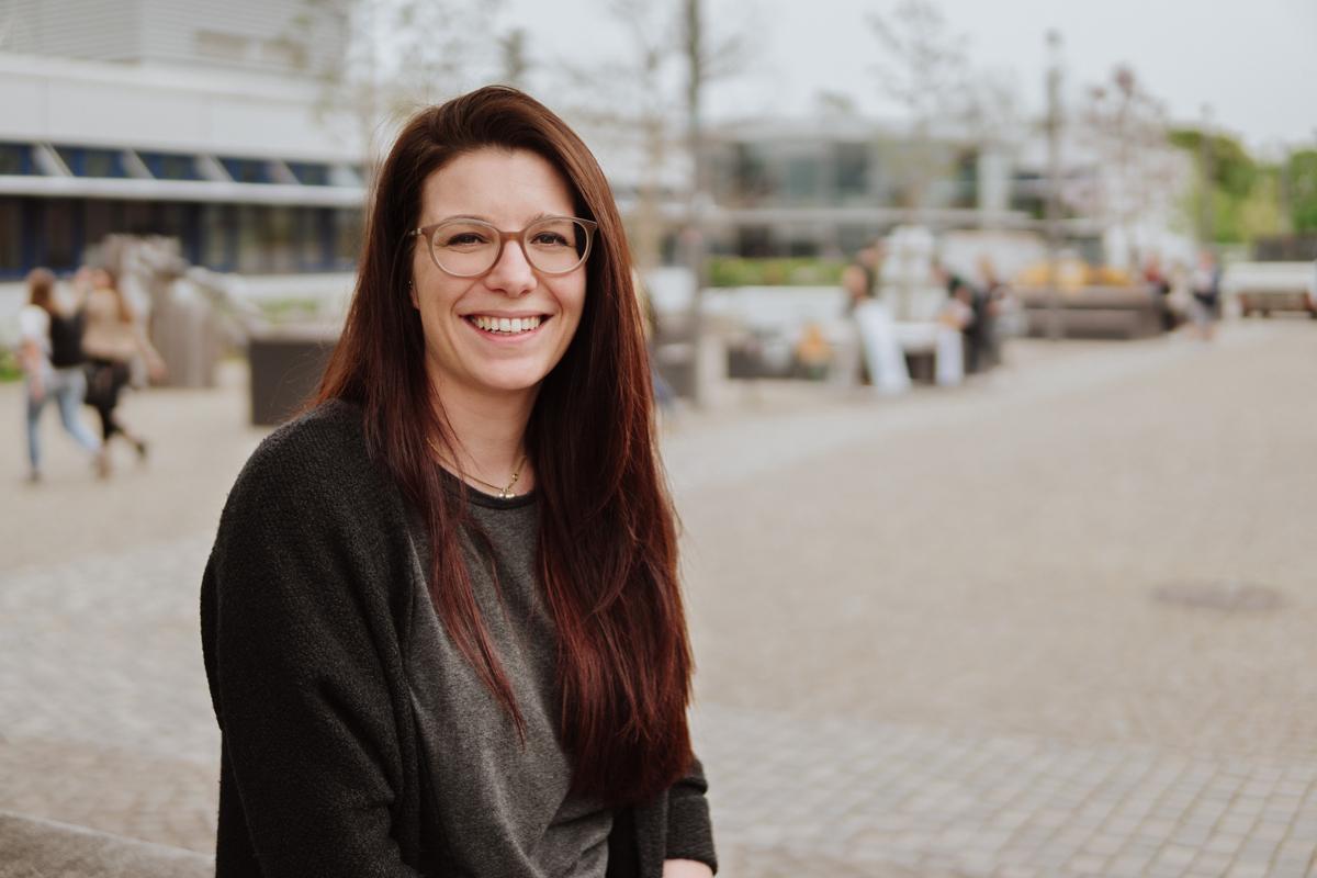 Neben ihrem Sonderpädagogikstudium arbeitet Marie Dingeldein ehrenamtlich in der Mitfeierzentrale. Hier hilft sie, dass Menschen mit Behinderung feiern gehen können. Foto: Philipp Sittinger