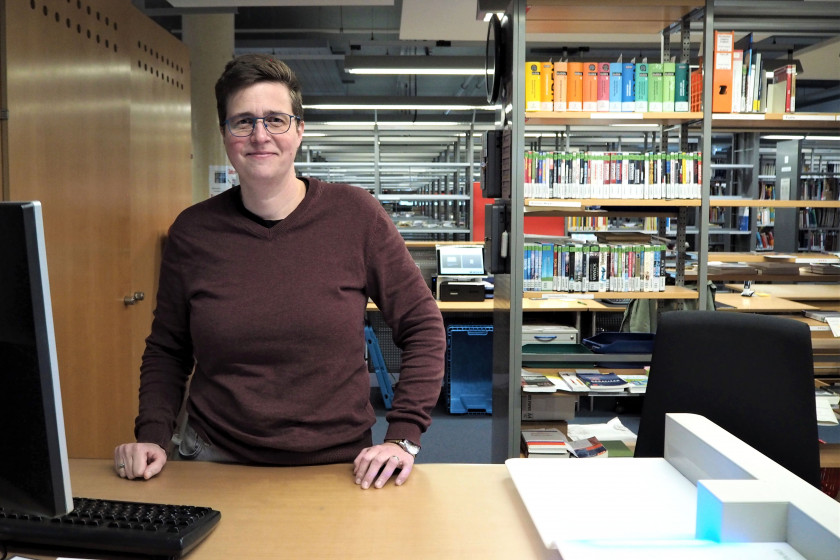 Astrid Krämer arbeitet seit 20 Jahren in der UB am Campus Koblenz. Fotos: Sarah Maria Scheid