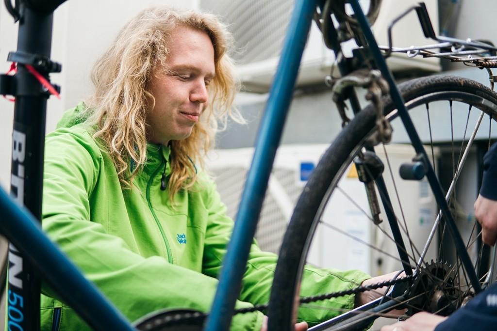 Der Fahrrad Doktor bei der Arbeit. Foto: Philipp Sittinger