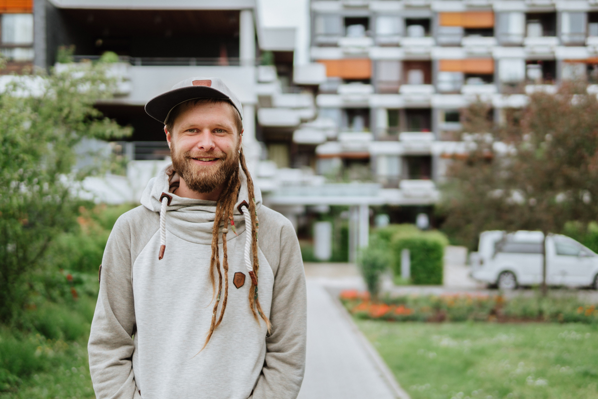 Daniel Horst studiert in Landau Erziehungswissenschaften. Nebenbei arbeitet er in einem Alten- und Pflegeheim und betreut Senioren. Foto: Philipp Sittinger