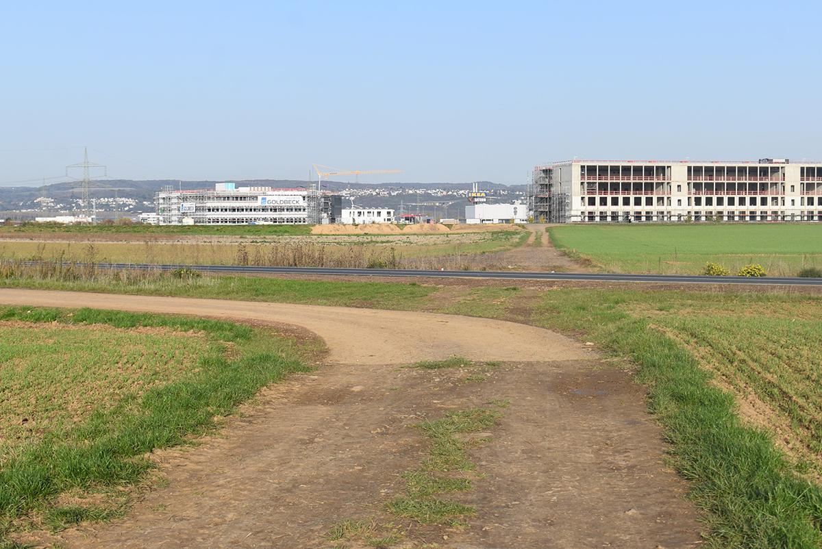 Der Fahrradweg auf der Nordtangente endet plötzlich in einem Feldweg. Foto: Sarah-Maria Scheid