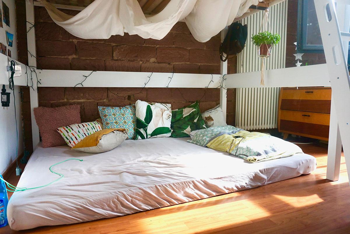 Um Platz zu sparen, hat sich Judith Schopp ein Hohcbett in ihr Zimmer gebaut. Foto: Annika Namyslo