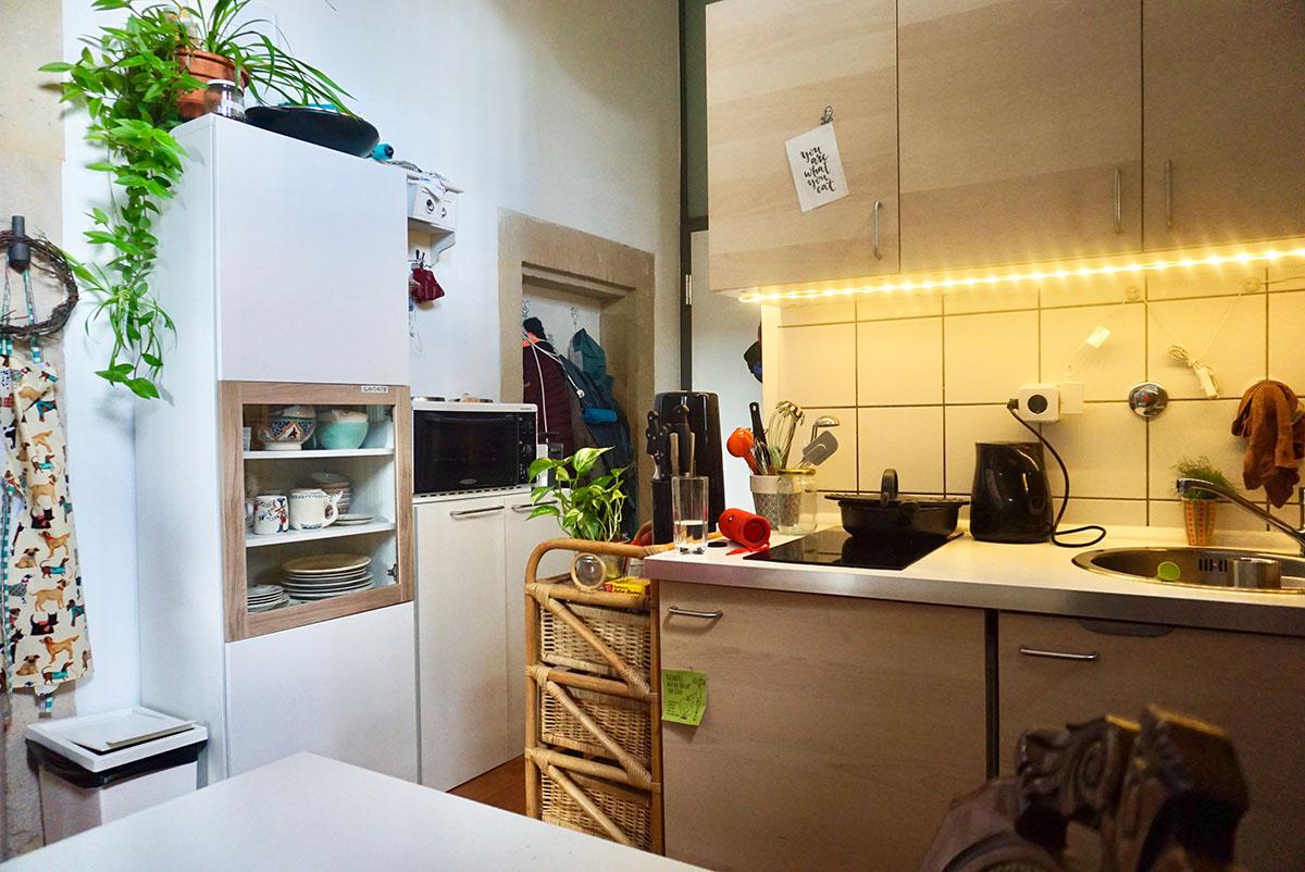 Klein aber fein: in der Küche wird gerne gekocht. Judith Schopp isst am liebsten Currys. Foto: Annika Namyslo