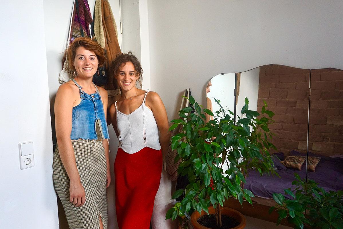 Judith Schopp und Leonie Oettler leben im ehemaligen Landauer Gefängnis. Obwohl sie wenig Platz haben, fühlen sie sich pudelwohl in ihrer Wohnung. Fotos: Annika Namyslo