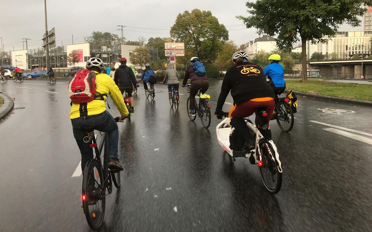 """Die """"Critical Mass"""", eine unangemeldete und unorganisierte Fahrradtour durch die Stadt, setzt sich für bessere Bedingungen für Fahrradfahrende ein. Foto: Elias Demerath"""