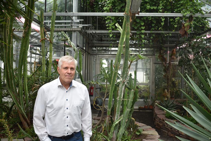 Eberhard Fischer ist Professor für Botanik. Bei Spaziergängen kommt er nur langsam voran - es gibt einfach zu viele Pflanzen zu entdecken. Foto: Sarah-Maria Scheid