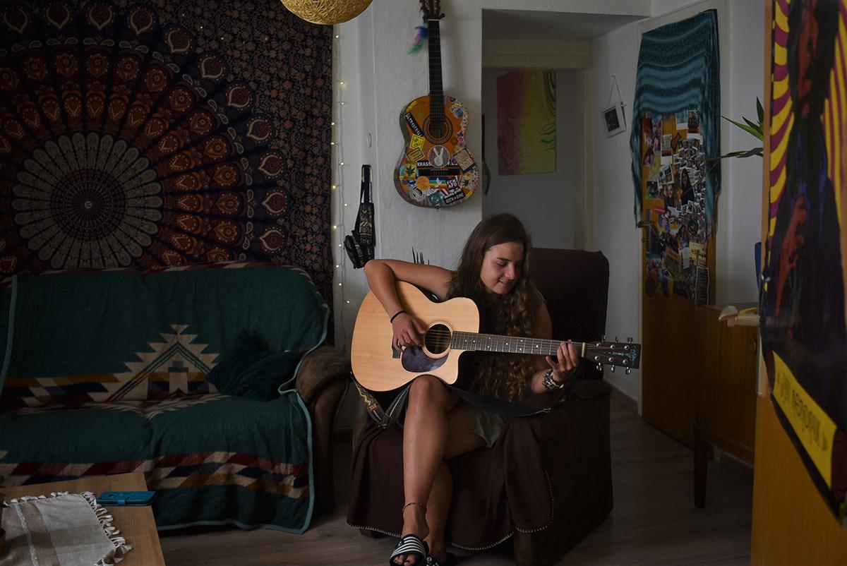 Ohne Gitarre geht für die 20-jährige Lehramtsstudentin gar nichts. Foto: Sarah-Maria Scheid