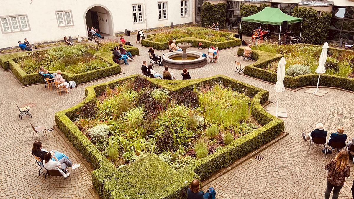 """Durch das Hygienekonzept bei der Konzertreihe """"Kultur im Innenhof"""" war nur eine begrenzte Anzahl an Besuchern erlaubt. Foto: Stadt Koblenz"""