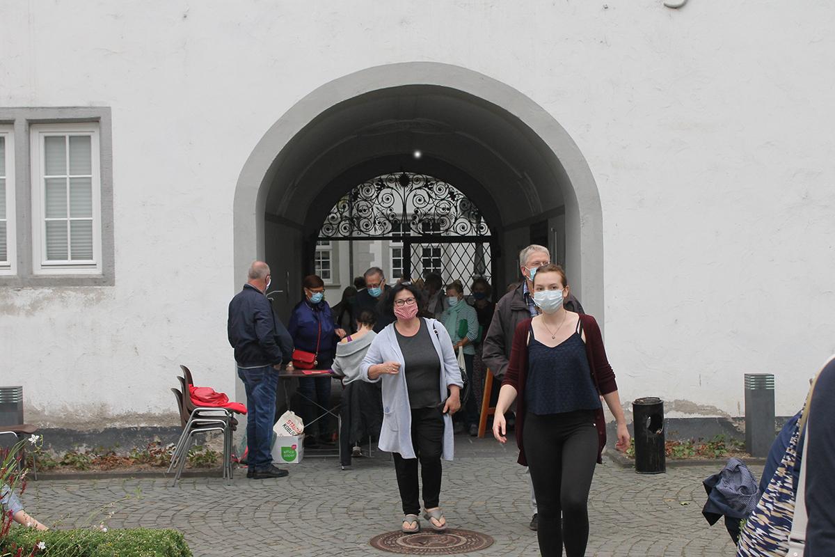 Die Mund-Nasen-Bedeckung war auch im Sommer ein ständiger Begleiter. Hier führt Praktikantin Nadja Riegger Besucher an ihren Platz. Foto: Stadt Koblenz