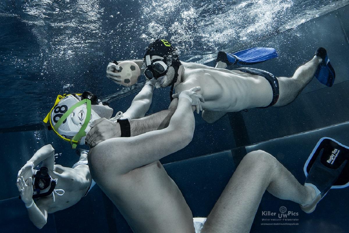 Da Unterwasserrugby eine Vollkontaktsportart ist, ist auch ziehen und raufen unter Wasser erlaubt. Foto: Konstantin Killer
