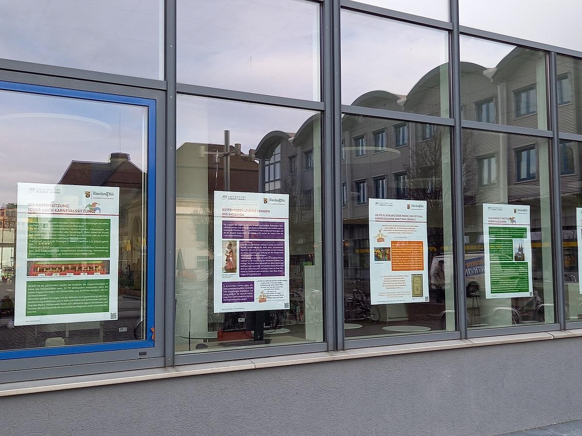 Damit die Ausstellung trotz Pandemie angeschaut werden kann, wurden die Plakate von innen an die Scheiben geklebt. Foto: Jan Luca Mies
