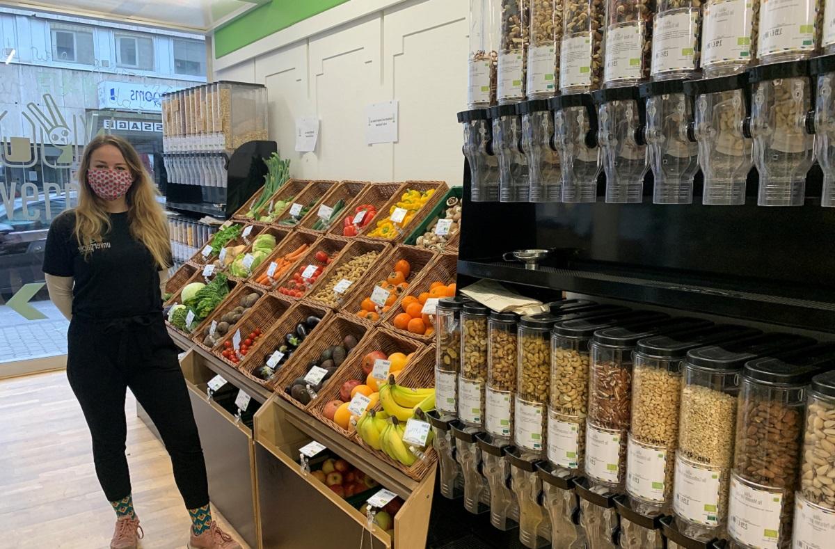 Jana Gail arbeitet schon seit über einem Jahr im Koblenzer Unverpackt-Laden. Fotos: Zoé Zimmer