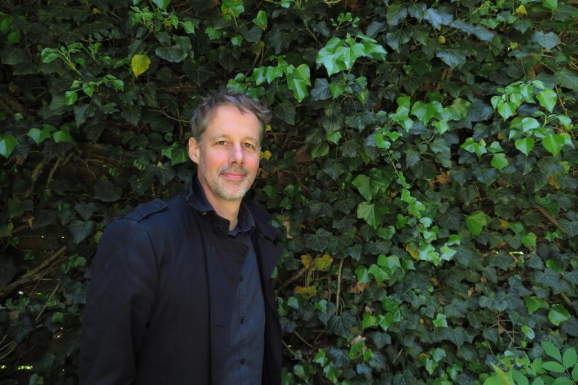 Prof. Dr. Jens Oliver Krüger hat als Sozialarbeiter und Streetworker gearbeitet, bevor er sich für die wissenschaftliche Laufbahn entschieden hat. Foto: Sarah-Maria Scheid