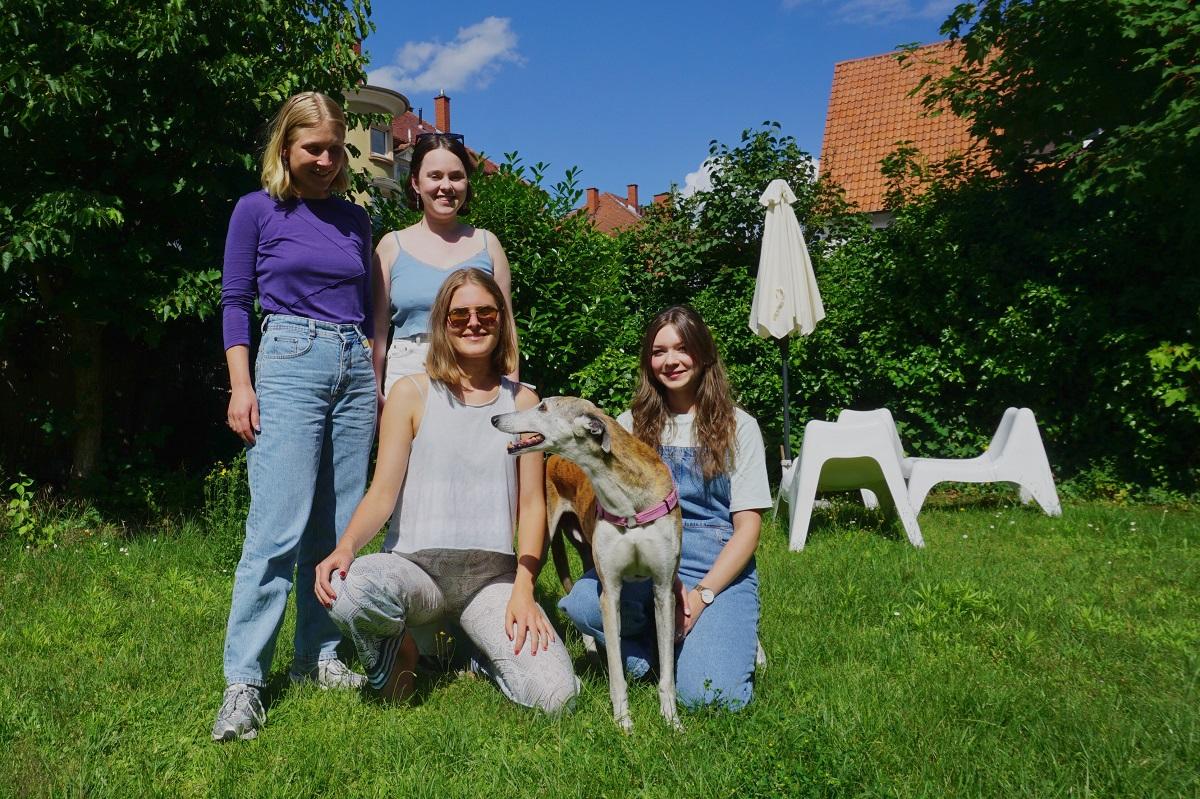 Von links: Katharina Drees, Christiane Rensland, Larissa Leuser, WG-Hund Sol und Josephin Zundel im gemeinsamen Garten. Foto: Annika Namyslo