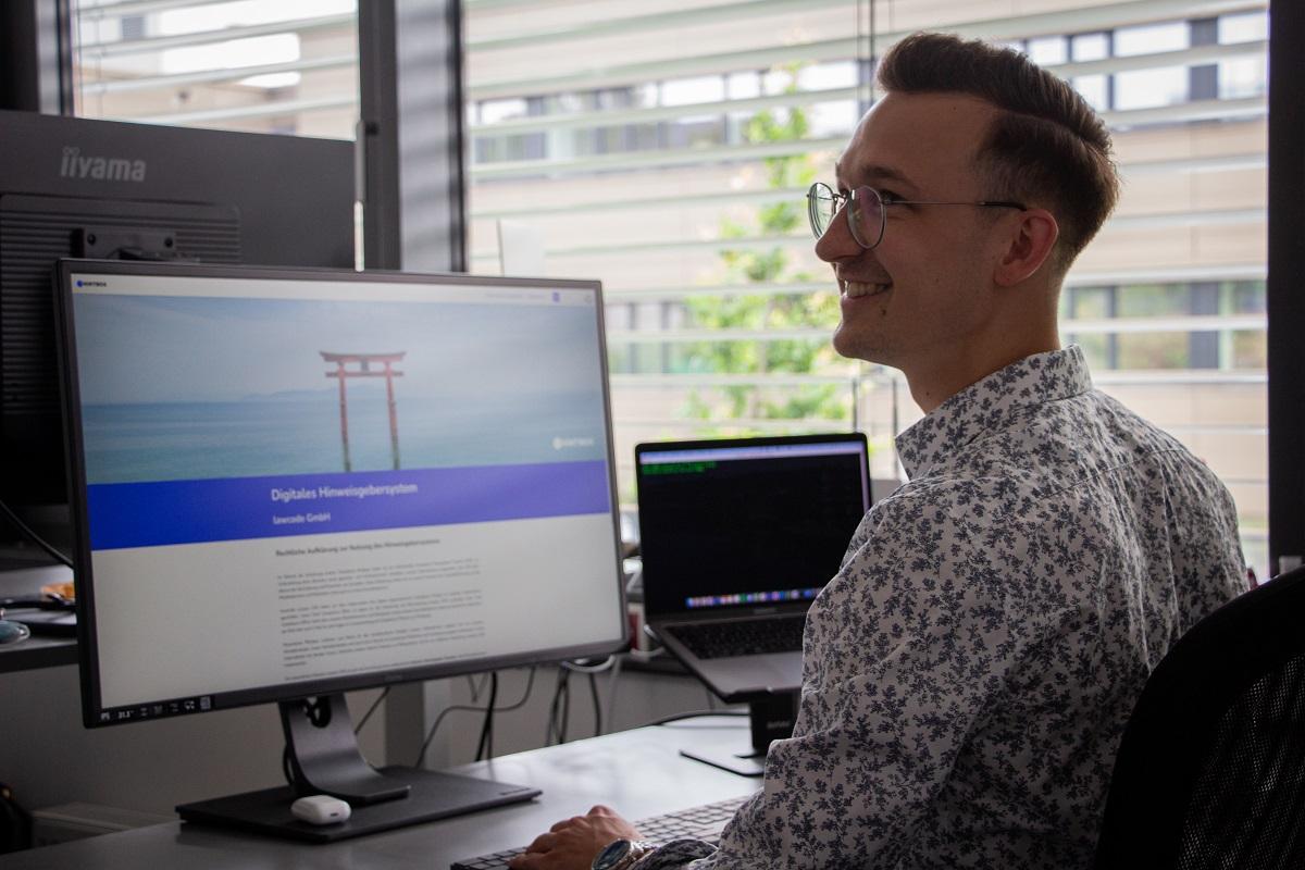 Dominik Lienen arbeitet mit seinen Kollegen an innovativen Ideen.