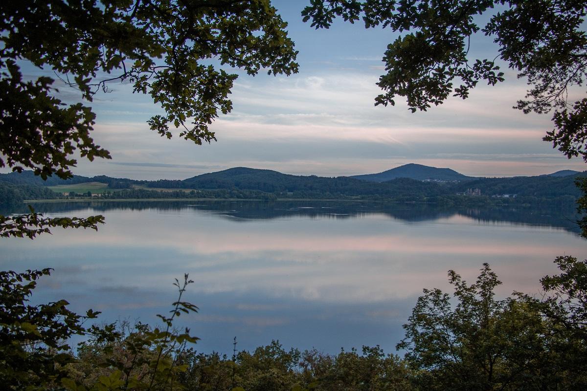 Der Laacher See wirkt idyllisch. Doch Ausgasungen am Ufer und Erdbeben beweisen, dass der Vulkan noch aktiv ist und ein Ausbruch theoretisch jederzeit möglich ist. Fotos: Olivia Schwarz